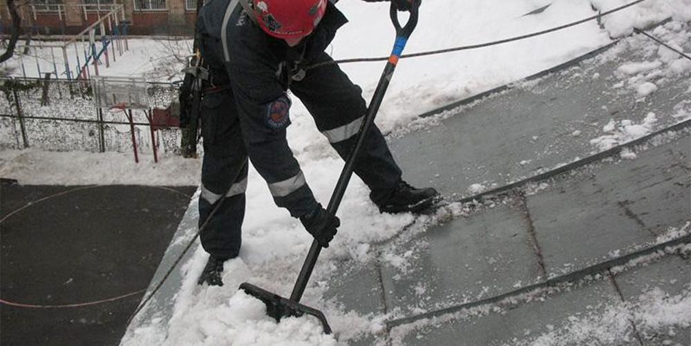 Падение с крыши при чистке снега
